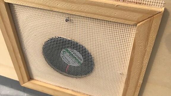Ein Ventilator wurde in eine Holzplatte eingebaut.