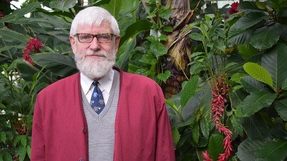 Prof. Frank Hellwig in einem Gewächshaus