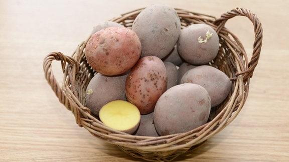 In einer Schale liegt die Kartoffelsorte Linda. Eine Kartoffel ist aufgeschnitten.