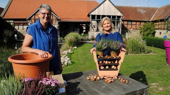 Gärtnereibetreiberin Jolanda van Amerom mit MDR Garten-Moderatorin Diana Fritzsche-Grimmig mit Blumenzwiebeln