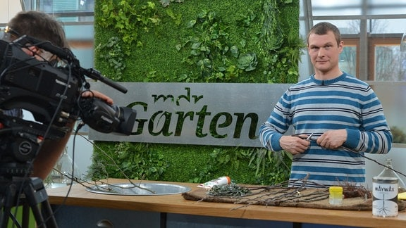 Kameramann filmt Gärtnermeister Matthias Bauch