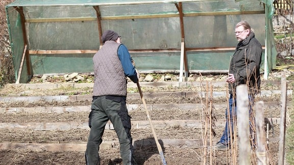 Zwei Männer bei der Gartenarbeit