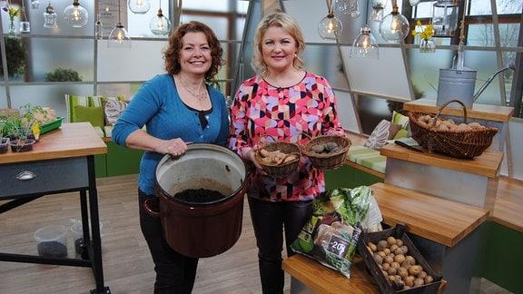 Brigitte Goss und Diana Fritzsche-Grimmig mit Pflanzkartoffeln