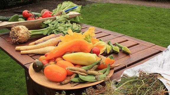 Ein Tisch mit verschiedenen Gemüsesorten