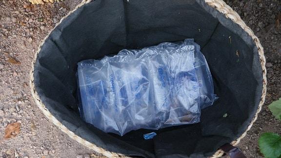 In einem Korb liegen Luftpolsterkissen.