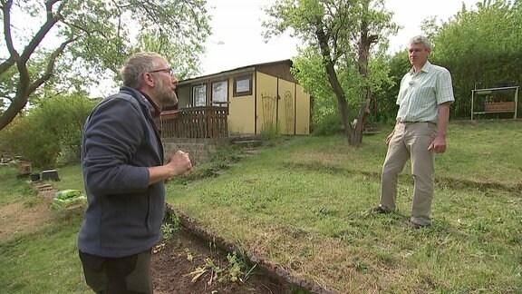 Imker Horst Jäger-Mang mit MDR Garten-Redakteur Jörg Heiß in Kleingarten