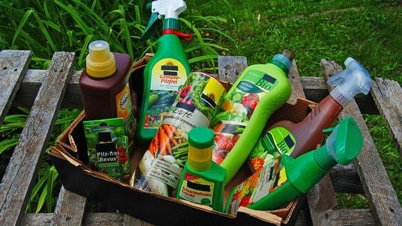 Verschiedene Mittel aus dem Gartenmarkt zum Düngen, zum Pflanzenschutz und zur Pflanzenstärkung