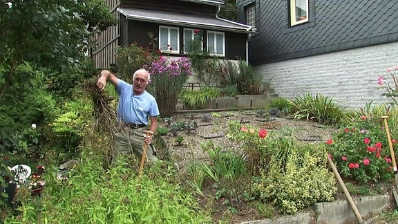 Jürgen Meister arbeitet im Garten