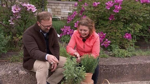 MDR Garten-Moderator Jens Haentzschel mit Gartenexpertin Brigitte Goss un Salbeipflanze