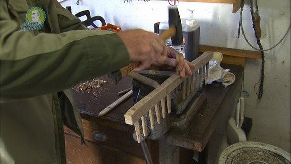 Ein Rechen aus Holz wird repariert