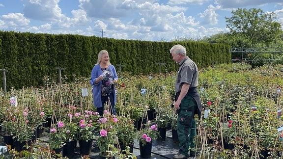 MDR Garten-Moderatorin Diana Fritzsche-Grimmig mit Thomas Kühr in der Baum- und Rosenschule Kühr