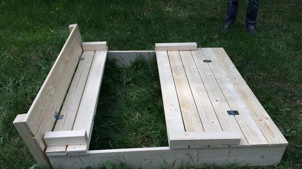 sandkasten mit sitzbank und abdeckung die diy anleitung zum nachbauen mdr de. Black Bedroom Furniture Sets. Home Design Ideas