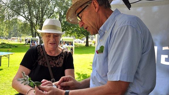 Horst Schöne im Gespräch mit einer Frau.