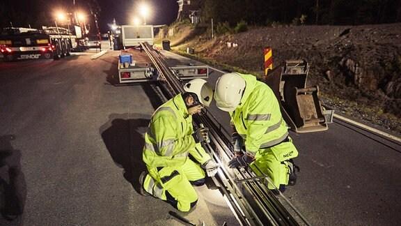 Installation einer Stromschiene in einer Straße bei Stockholm in Schweden