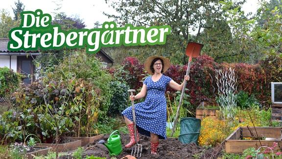 Moderatorin Nadine Witt steht mit Werkzeug auf einem Beet in ihrem Kleingarten.