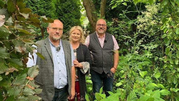 Die Gärtner Marcus Vogel und Thorsten Ulbrich zusammen mit MDR-Moderatorin Diana Fritzsche-Grimmig in ihrem Garten in Solingen.