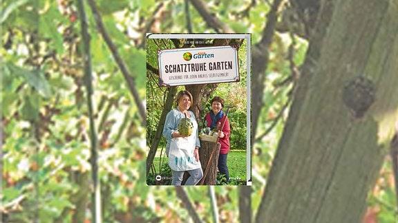 Buchcover: Schatztruhe Garten, Die Autorinnen Heike Mohr und Beate Walther stehen in einem Park