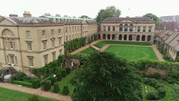 Historische Gebäude mit Rasenfläche und Garten