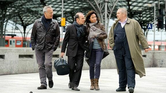 Willkommen in Köln: Die Kommissare Max Ballauf (Klaus J. Behrendt, l) und Freddy Schenk (Dietmar Bär, r) holen ihre Kollegen Eva Saalfeld (Simone Thomalla) und Andreas Keppler (Martin Wuttke) am Kölner Hauptbahnhof ab.