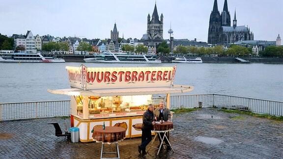 Teambesprechung an der Wurstbraterei: Ob Max Ballauf (Klaus J. Behrendt) und Freddy Schenk (Dietmar Bär, r) die Kollegen aus Leipzig nochmal einschalten sollen?