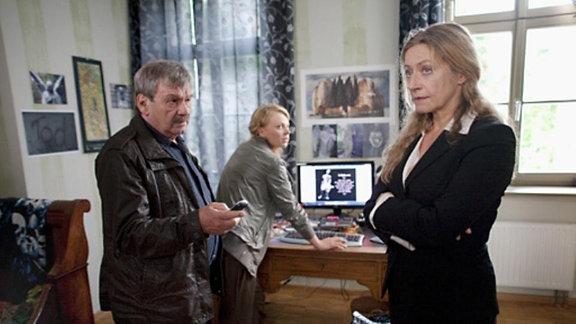 Schneider und Nora Lindner sehen sich in Ankas Zimmer um. Ankas Mutter (Tatjana Blacher) steht völlig verwirrt dabei.