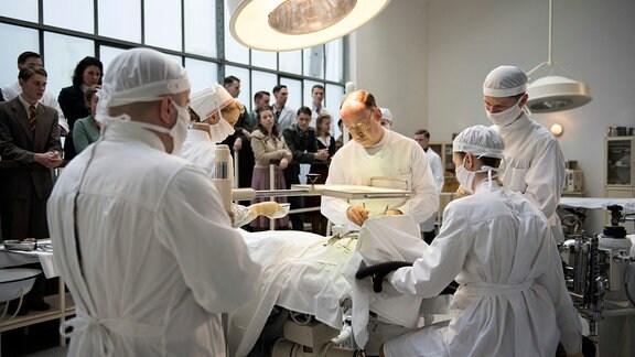 Prof. Ferdinand Sauerbruch (Ulrich Noethen, M.) operiert ein Kind, das Opfer eines Bombenangriffs wurde.