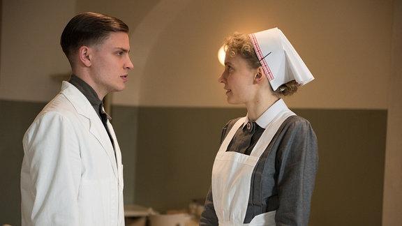 Otto (Jannik Schümann, l.) spricht mit Schwester Christel (Frida-Lovisa Hamann, r.) über den Patienten Lohmann.