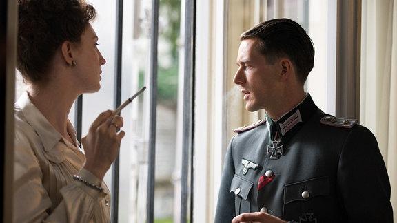 Margot Sauerbruch (Luise Wolfram, l.) und Prof. Sauerbruchs Sohn Peter  (Maximilian Klas, r.) sprechen über die Kriegssituation.