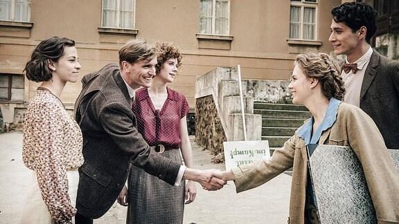 Lotte (Alicia von Rittberg, re.) lernt Pauls (Noah Saavedra, re.) Freunde Anni (Marie Hacke), Juppi (Ulrich Brandhoff) und Dörte (Julia Riedler) am Bauhaus Weimar kennen.