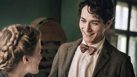 Paul (Noah Saavedra) führt Lotte (Alicia von Rittberg) durch das Bauhaus in Weimar.