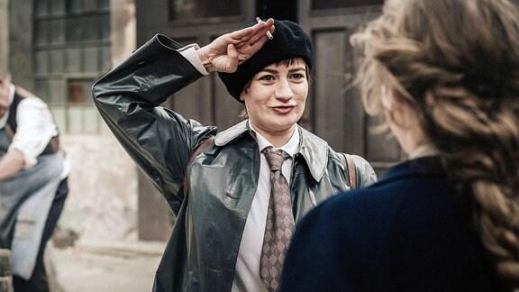 Friedl (Nina Gummich, m.) lädt Lotte (Alicia von Rittberg) zu einer Fahrradtour ein, um ihr Ratschläge für die Bewerbung am Bauhaus zu geben.