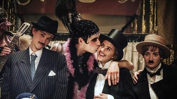 Anni (Marie Hacke), Lotte (Alicia von Rittberg), Paul (Noah Saavedra) und Friedl (Nina Gummich) feiern ein ausgelassenes Kostümfest am Bauhaus Weimar. (v.l.)
