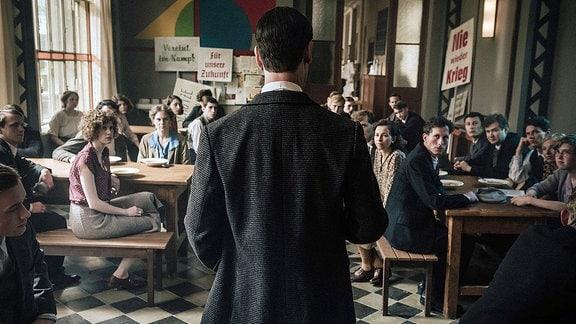 Walter Gropius (Jörg Hartmann) ermahnt seine Studenten, dass am Bauhaus keine offene politische Agitation geduldet wird.