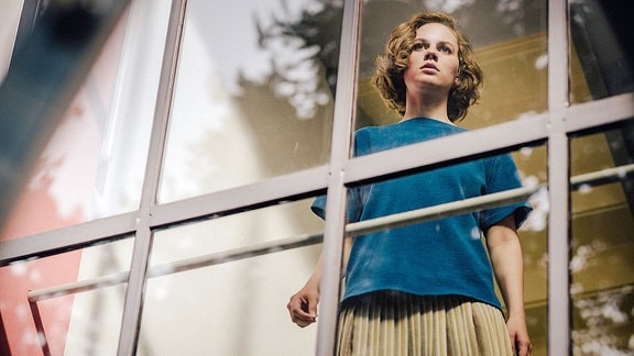 Lotte (Alicia von Rittberg) wartet im Meisterhaus in Dessau auf die Ankunft von Paul und ihrer Tochter Marie.