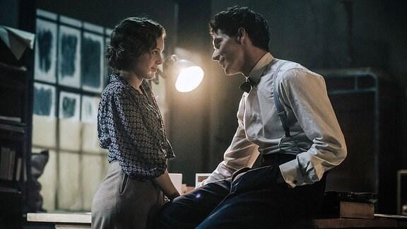 Lotte (Alicia von Rittberg) und Paul (Noah Saavedra) reden in seiner Wohnung in Weimar über gemeinsame Zukunftspläne.
