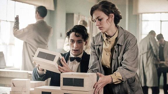 Lotte (Alicia von Rittberg) und Paul (Noah Saavedra) entwerfen ihr erstes gemeinsames Architekturmodell.