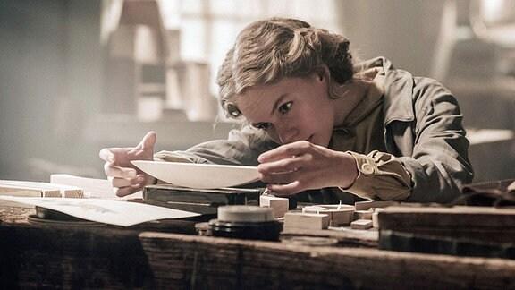 Lotte (Alicia von Rittberg) arbeitet in der Werkstatt des Bauhaus Weimar am kleinen Schiffbauspiel.