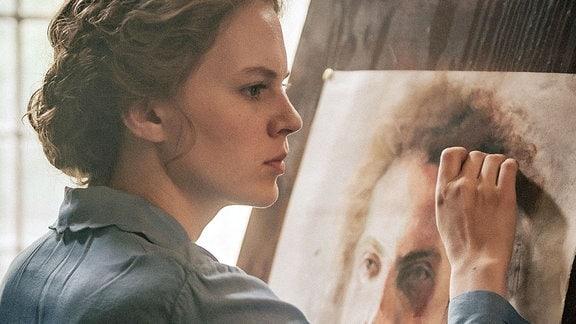Lotte (Alicia von Rittberg) beim klassischen Malunterricht, den ihr der Vater verboten hat.