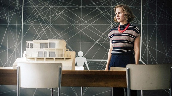 Lotte (Alicia von Rittberg) wartet im Bauhaus Dessau auf eine Entscheidung zum Auftrag des Baus einer von ihr entworfenen Villa.