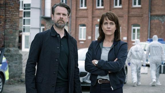 Brasch (Claudia Michelsen) und Köhler (Matthias Matschke) kommen am Tatort an.
