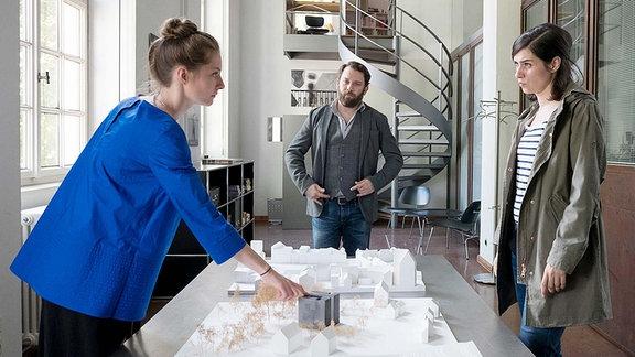 Simone Schröder (Paula Kroh) im Gespräch mit Lessing (Christian Ulmen) und Kira Dorn (Nora Tschirner).