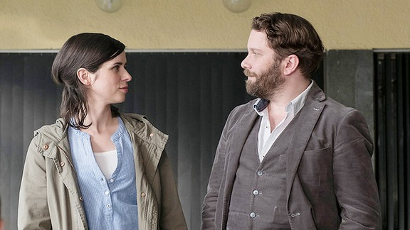 Lessing (Christian Ulmen) und Kira Dorn (Nora Tschirner) im Gespräch mit Simone Schröder (Paula Kroh, li.).
