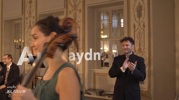 Teaserbild aus dem Video, Raphaela Gromes und Mathew Halls, dazwischen Schrift