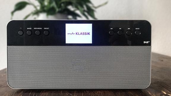 Ein Digitalradio, das MDR KLASSIK über DAB+ empfängt und das Senderlogo anzeigt.