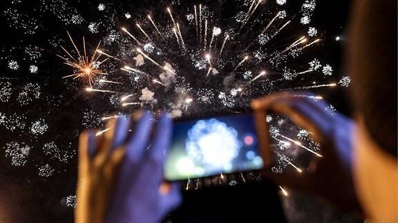 Feuerwerk, mit einem Smartphone fotografiert.