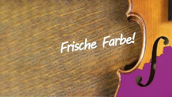 """Eine Geige, halb mit violetter Farbe angestrichen; angeschnitten; auf Holz; dazu der Schriftzug im Pinsel-Stil """"Frische Farbe"""""""