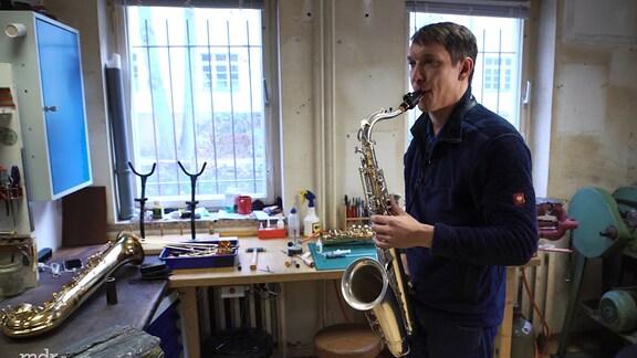 Ein Mann spielt Saxophon