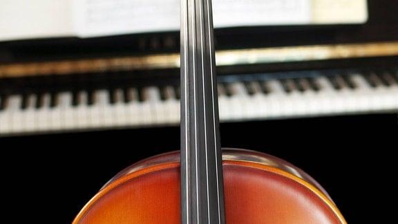 Cello vor Klaviertastatur