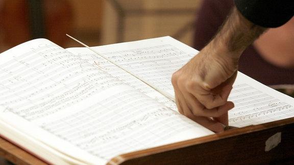 Hand mit Dirigentenstab