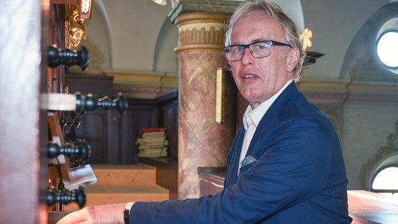Martin Haselböck an einer Orgel